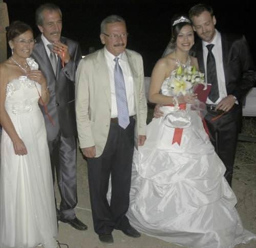 Anne-kız aynı gece evlendi