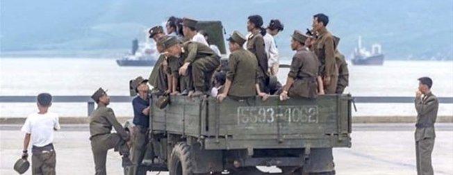 Kuzey Kore askerlerinin günlük hayatlarından şaşırtan görüntüler!